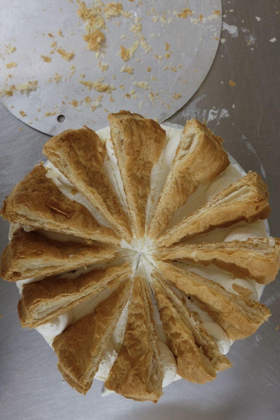 Die Torten mit den geschnittenen Blätterteig-Fächern belegen.